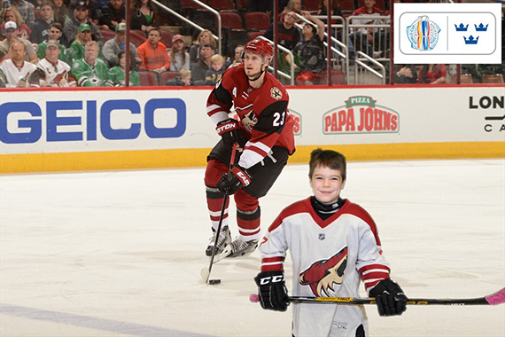 A participant plays hockey with the Arizona Coyotes for these Phoenix green screen photo booths.